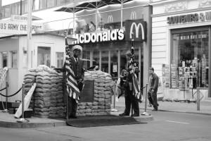 Legendární Checkpoint Charlie, symbol kdysi zdí rozděleného města / AS