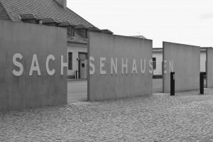 Vstupní brána do památníku v někdejším koncentračním táboře Sachsenhausen / AS