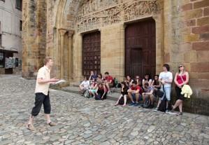 Referát před bazilikou Sainte-Foy v Conques / DF