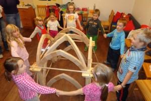Postavit středověkou klenbu vyžaduje týmovou spolupráci.
