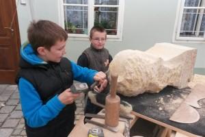 Žáci si zkoušejí práci kameníka.